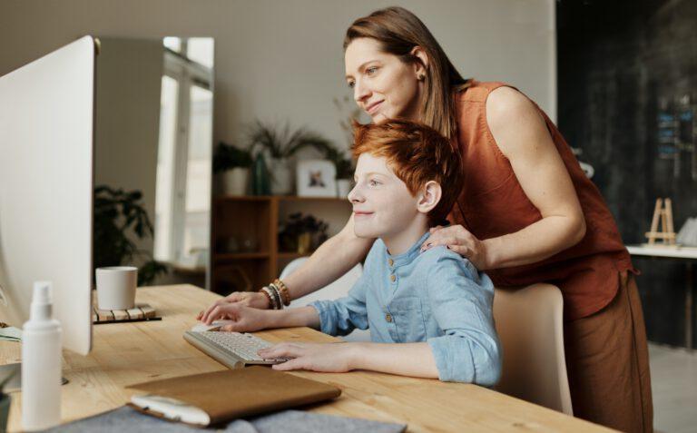 Medienerziehung: So unterstützt du deine Kinder in ihrer Medienkompetenz